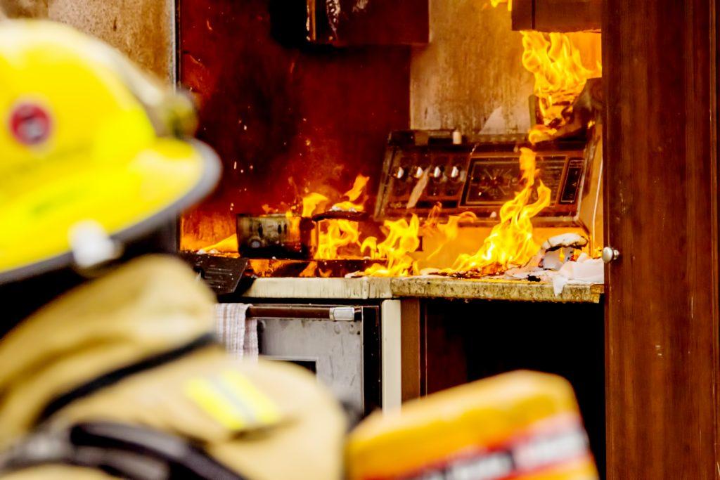 Des pompiers et un feu de cuisinière. Les pompiers en premier plan.